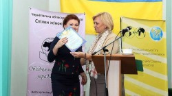 Олександра Кужель нагороджує керівника Студії РозУмка